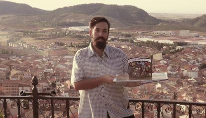 Pablo Rodríguez Cuevas, trabajador cultural, imparte uno de sus proyectos en Andorra (Teruel).