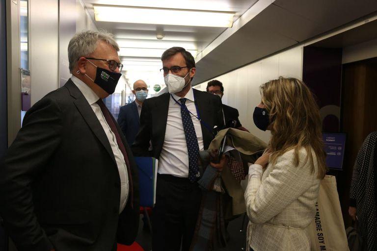 La ministra de Trabajo, Yolanda Díaz, junto al comisario europeo de Economía, Paolo Gentiloni, y el comisario de Empleo y Derechos Sociales, Nicholas Schmit.