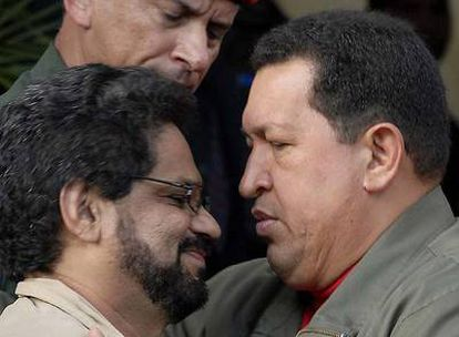 Hugo Chávez (derecha) saluda al representante de las FARC Iván Márquez el 8 de noviembre de 2007 en el palacio presidencial de Caracas.