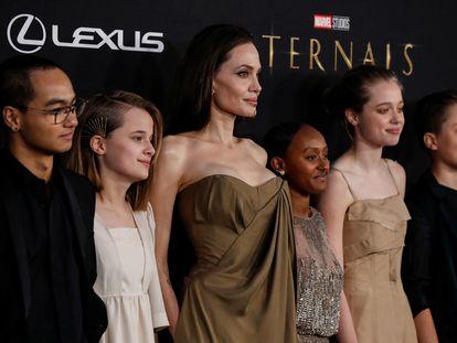 Angelina Jolie, en el centro, junto a sus hijos, desde la izquierda, Maddox, Vivienne, Zahara, Shiloh and Knox, en la presentación de 'Eternals', en Los Ángeles, este lunes.