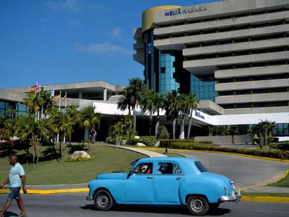 Un coche circula ante un hotel de la cadena española Meliá, en mayo, en La Habana.