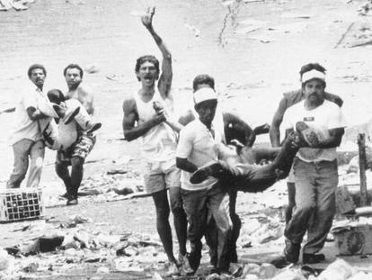 Vecinos de Caracas cargan dos cadáveres durante la revuelta de 1989.