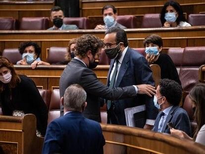 El portavoz de Vox en el Congreso, Espinosa de los Monteros, habla con el diputado José María Sánchez García (de pie, derecha), tras ser llamado la atención por insultar a la diputada del PSOE Laura Berja.