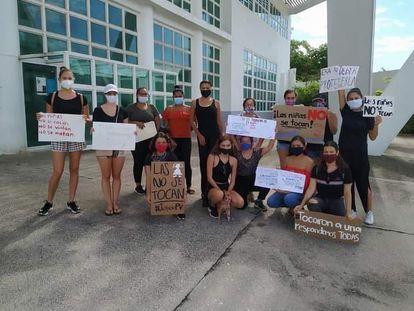 Un grupo de mujeres manifestándose en Puerto Vallarta contra los abusos a menores.