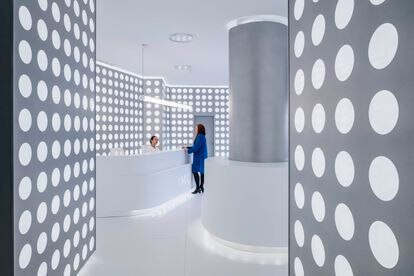 Interior of the lobby of the Madrid Ocular Microsurgery Institute.