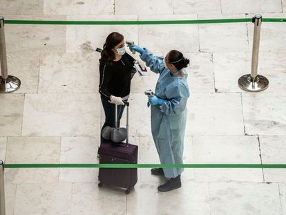 Controles de temperatura en el aeropuerto de Adolfo Suárez Madrid-Barajas, este viernes.
