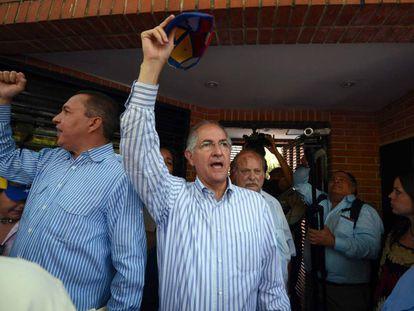 Antonio Ledezma, el opositor alcalde de Caracas, protesta frente a la embajada de Portugal
