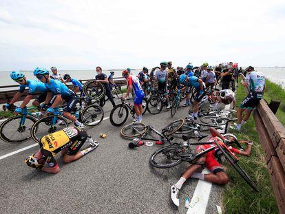 Los corredores del Giro, poco después de la gran caída a la salida de Grado.