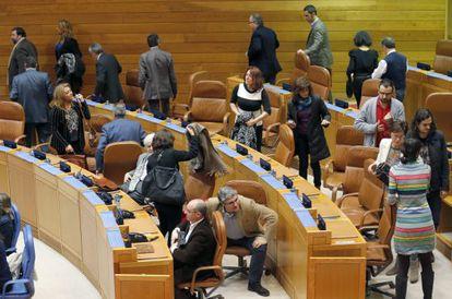 Los diputados de la oposición, en el momento de abandonar el pleno
