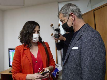 Isabel Díaz Ayuso habla con Toni Cantó, durante la noche electoral, en la sede del PP.
