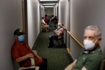 Algunos adultos mayores esperan a ser vacunados en una residencia en Toronto (Ontario).