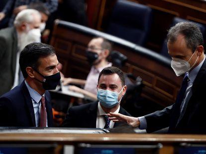 A la izquierda, el presidente del Gobierno, Pedro Sánchez , conversa con el ministro de Ciencia, Pedro Duque en el Congreso de los Diputados este miércoles.