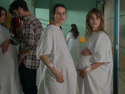Penélope Cruz y Milena Smit, en un momento de 'Madres paralelas'.