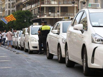 Los dos carriles centrales de la calle Colón de Valencia, ocupados por la protesta del taxi.