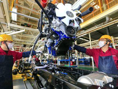 Trabajadores en una planta de vehículos a motor. / EFE