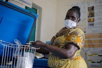 Elisabeth Abraham Loro, enfermera del Centro de Salud de Juba, en Sudán del Sur, a cargo de las vacunas contra la covid.