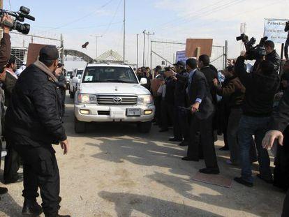 Manifestantes lanzan un zapato a un vehículo que forma parte del convoy del secretario general de la ONU, Ban Ki-moon, hoy a su entrada a Gaza a través del paso de Erez.