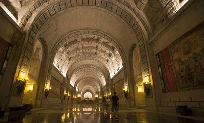 Interior del Valle de los Caídos: a los lados, las criptas donde fueron inhumados más de 33.800 cuerpos, y al fondo, el altar donde está enterrado Franco.