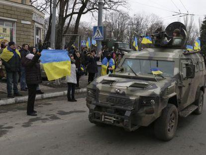 Vecinos de Mariúpol reciben a combatientes leales a Kiev a su vuelta del combate.