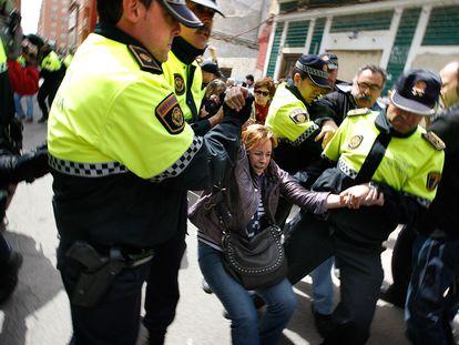 Efectivos de la policía municipal arrastran a la diputada de Ezquerra Unida, Marga Sanz, durante las protestas contra el derribo de una casa en el Cabanyal.