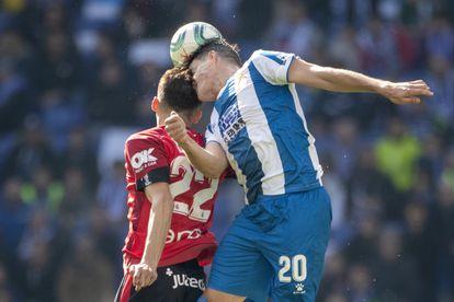 Budimir (izquierda) y Espinosa chocan durante un partido disputado entre el Mallorca y el Espanyol.