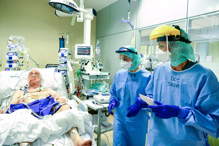Profesionales sanitarios examinan a un paciente con la Covid-19 en el hospital Papa Giovanni XXIII, en Bergamo.