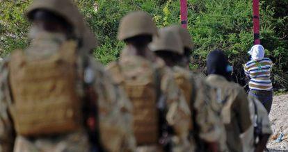 Un escuadrón somalí se dispone a ejecutar a un acusado de colaborar con el grupo terrorista Al Shabab, en abril de 2016.