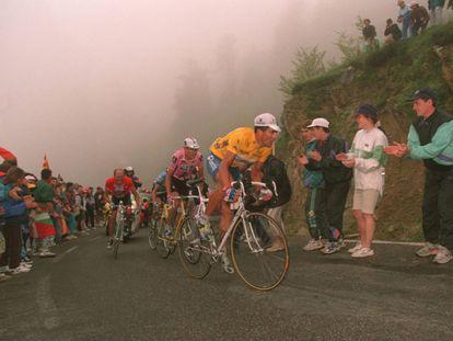 Indurain acelera ante Riis (i), Gotti (tapado) y Zülle durante la ascensión al Col de Latrape, en 1995.