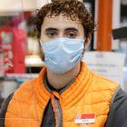 DVD992 (31/03/2020) Adrián, 21, estudiante y empleado de un supermercado Día & Go posa en una de las cajas del supermercado donde trabaja en Madrid.