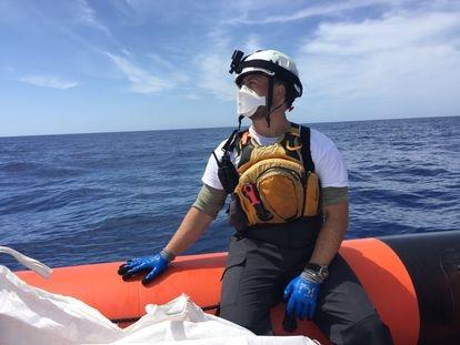 El danés Thomas Olufsen, miembro del equipo de rescate de Médicos Sin Fronteras, durante una práctica de salvamento.