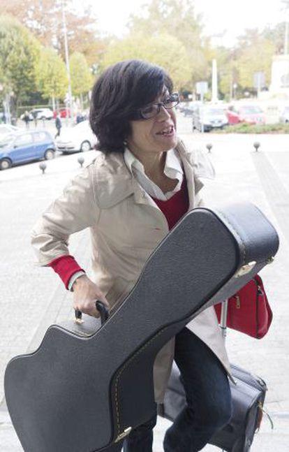 La juez Pilar de Lara, a la entrada de los juzgados de Lugo.