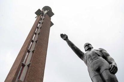 Estatua con el brazo en alto a la entrada del Estadio Olímpico de Ámsterdam.