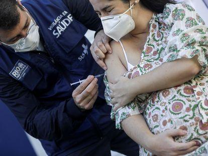 Una mujer embarazada recibe la vacuna de Pfizer en Río de Janeiro, Brasil, el 4 de mayo de 2021.