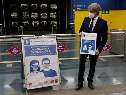 El exconsejero de Transportes de la Comunidad de Madrid, Ángel Garrido, presenta la obligación de llevar mascarilla en el metro, en mayo de 2020.