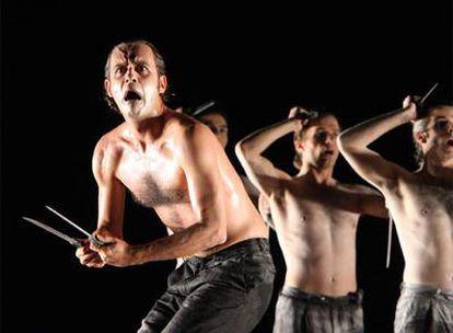 Una escena de la obra <i>Áyax,</i> con la que el director Theo Terzopoulos vuelve al festival de teatro de Mérida.  El director griego Theo Terzopoulos.