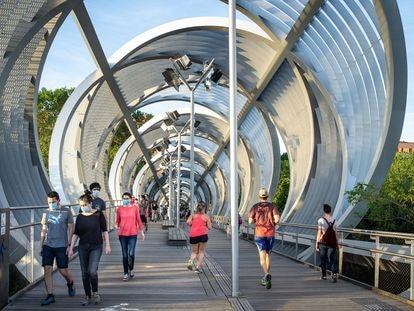 Ciudadanos cruzando uno de los puentes del Madrid Río el miércoles 6 de mayo de 2020.