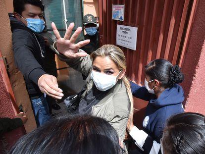 La expresidenta de Bolivia Jeanine Áñez ingresa este lunes al Centro de Orientación Femenina de Obrajes en La Paz, donde cumplirá su detención preventiva.