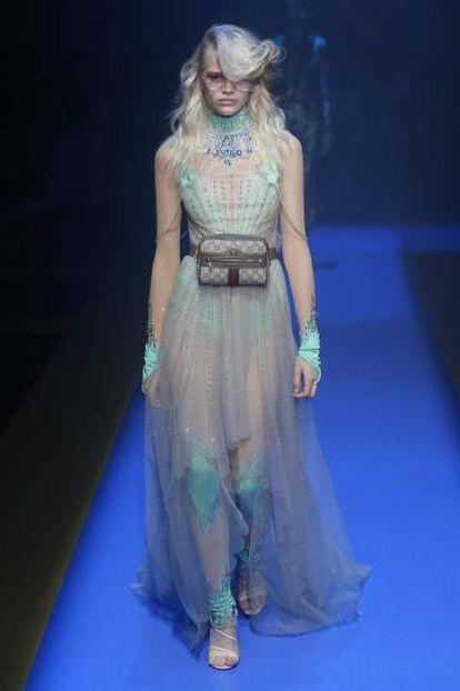 Una modelo con una de las propuestas de la colección de Gucci para la próxima primavera.