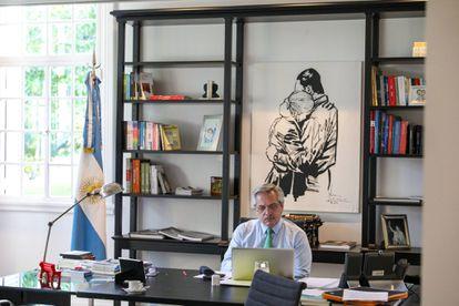 El presidente de Argentina, Alberto Fernández, en una foto subida el 21 de abril a sus redes sociales para acompañar un mensaje por el primer mes de cuarentena.