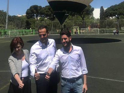De izquierda a derecha, Maite Pagazaurtundúa; el candidato de Ciudadanos a la Comunidad, Ignacio Aguado, y su jefe de campaña, César Zafra