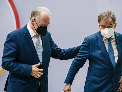 El presidente de la CDU, Armin Laschet (derecha), junto al ministro presidente de Sajonia-Anhalt, Reiner Haseloff, este lunes en Berlín.