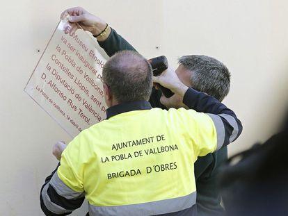 Retirada de una placa de Alfonso Rus en La Pobla de Vallbona (Valencia) el 2 de febrero.