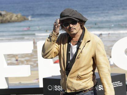 Johnny Depp atiende a los fotógrafos en San Sebastián.