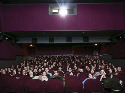 Una sala de cine de Barcelona, llena de espectadores.