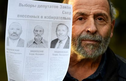 Boris Vishnevsky, del partido liberal Yábloko y candidato a diputado en los comicios legislativos de este fin de semana, muestra la papeleta electoral en la que aparecen dos 'clones'.