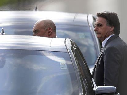 El presidente de Brasil, Jair Bolsonaro, tras una reunión con sus seguidores en Brasilia, el pasado 19 de marzo.
