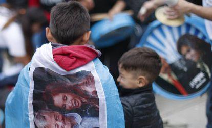 Niño con una bandera de la candidata a la vicepresidencia argentina, Cristina Fernández, este jueves.