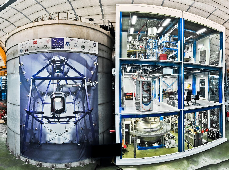 El tanque del experimento XENON1T a la derecha y el edificio de tres pisos con los instrumentos auxiliares para la detección de señales a la derecha.