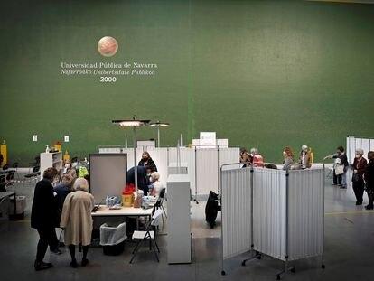 Varias personas esperan su turno para ser vacunados contra la covid-19, el pasado domingo, en el frontón de la Universidad Pública de Navarra.