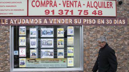 Escaparate de una inmobiliaria en la carretera de Vicálvaro.